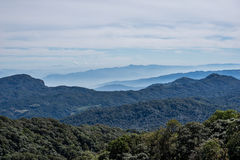 与雾湖的山景在早晨 免版税库存照片