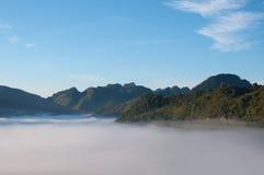 与雾的山在泰国的北部 库存照片