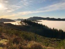 与雾的山在谷 免版税库存照片