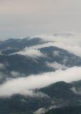 与雾的山 免版税库存图片