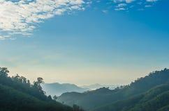与雾的山 库存照片