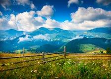 与雾的惊人的山风景 免版税库存图片