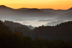 与雾的早晨landspace 在横向的日出 在日出期间的太阳在捷克国家公园Ceske Svycarsko 美好的风景w 免版税图库摄影