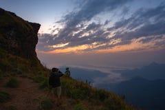 与雾的美好的日出在清莱 免版税库存照片