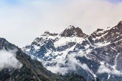 与雾的雪山 免版税图库摄影