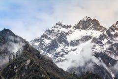 与雾的雪山 免版税库存图片