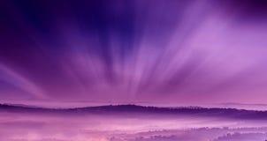 与雾的紫色风景 库存照片