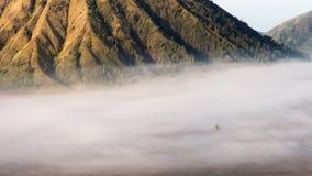 与雾的Batok 免版税库存图片