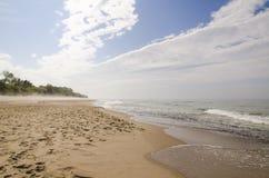与雾的Ostsee海滩 库存照片