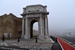 与雾,安科纳,马尔什,意大利的Arco Clementino 免版税库存图片