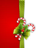 与霍莉叶子和糖果的圣诞节装饰 免版税库存图片