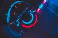 与霓虹灯的CD在黑暗 库存照片