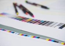 与霓虹笔的颜色图表在数字式打印垂距产业 库存照片