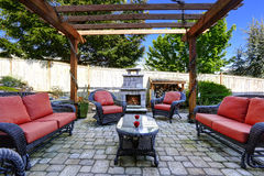 与露台区域和壁炉的家庭菜园 库存照片