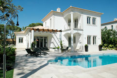 与露台和蓝色水池的现代夏天豪宅 库存图片