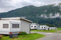 与露营搬运车的木野营的客舱在一个露营地在挪威斯堪的那维亚 库存照片