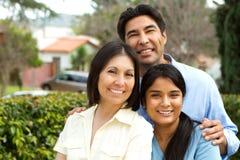 与青少年的女儿的西班牙家庭 免版税图库摄影