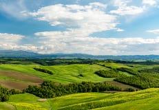 与青山和树的风景风景在托斯卡纳 免版税库存照片