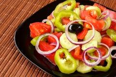 与青椒和红洋葱圆环、蕃茄和黄瓜切片的新鲜和健康菜沙拉 免版税库存照片