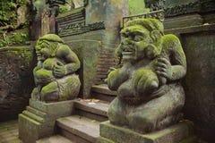与青苔的古色古香的古老雕象 免版税库存图片