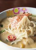 与青蟹的煮沸的白色大豆豆在碗-泰国食物 库存图片