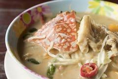 与青蟹的煮沸的白色大豆豆在碗-泰国食物 库存照片
