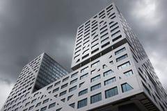 与非常多云天空的Stadskantoor乌得勒支 库存图片