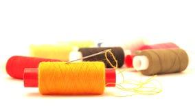 黄色螺纹和针 免版税图库摄影
