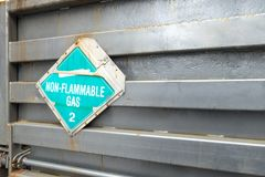与非易燃的文本的浅兰和白色卡车车辆后档板标志 免版税图库摄影