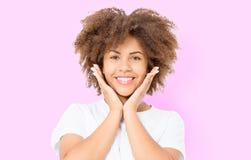 与非洲的卷发的愉快的惊奇的震惊激动的女孩面孔 在桃红色背景隔绝的年轻黑暗的皮肤妇女 非裔美国人 免版税库存图片