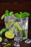 与非酒精mojito鸡尾酒的两块玻璃服务与林 库存图片