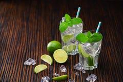 与非酒精mojito鸡尾酒的两块玻璃服务与林 免版税库存图片