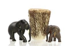 与非洲鼓的被雕刻的大象 库存照片