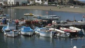 与靠码头的快艇,捕鱼网说谎在停泊的,海滨村庄的小海湾 影视素材