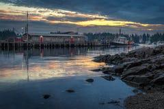 与靠码头的龙虾小船的龙虾磅 免版税图库摄影