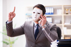 与面具的商人在办公室伪善概念 免版税库存图片