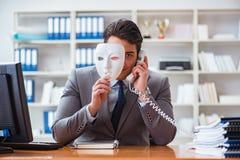 与面具的商人在办公室伪善概念 免版税库存照片