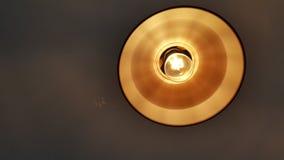 与面具的黄色电灯泡 免版税库存照片