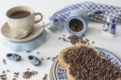与面包和巧克力冰雹hagelslag、茶和Delfts蓝色纪念品的荷兰早餐 库存照片