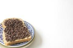 与面包和巧克力冰雹hagelslagon蓝色板材的荷兰早餐 白色桌和空间文本的 免版税库存图片