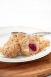 与面包屑和樱桃的饺子与在woode的一把匙子 免版税库存照片