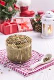 与面包屑的向日葵面包,新年布料,茶匙 免版税图库摄影