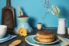 与面包干和巧克力冰雹hagelslag的荷兰早餐反对蓝色背景 库存图片