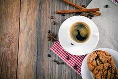 与面包店的咖啡伍迪减速火箭的背景的 免版税图库摄影