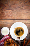 与面包店的咖啡伍迪减速火箭的背景的 库存照片
