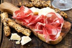 与面包棒的意大利熏火腿 图库摄影