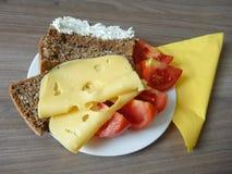 与面包片的快餐乳酪和蕃茄 库存照片