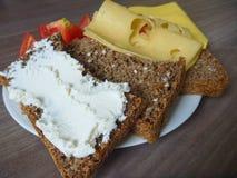 与面包片的快餐乳酪和蕃茄 库存图片