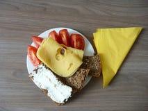 与面包片的快餐乳酪和蕃茄 免版税库存图片