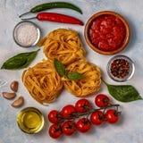 与面团、香料和菜的意大利食物背景 免版税库存照片